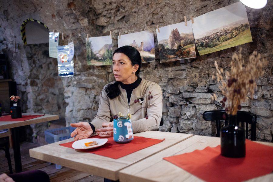 Marka Dutková v kaviarni