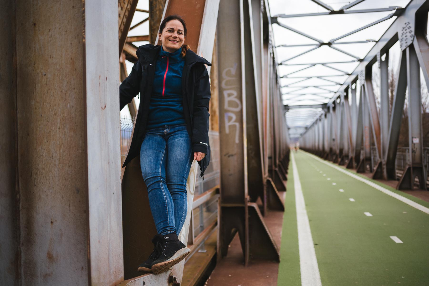 Janka Pondušáková stojaca na konštrukcii osta