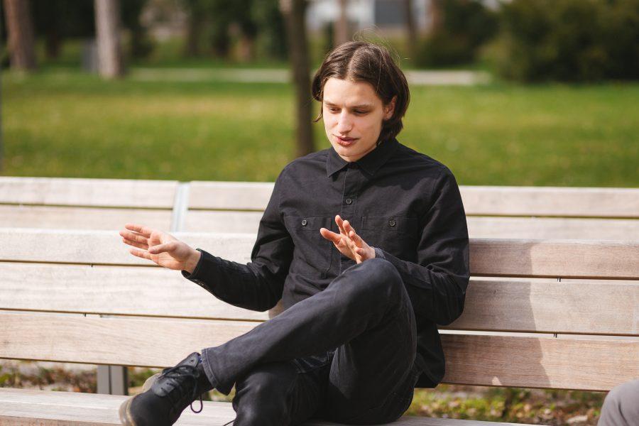 Samo rozpráva a gestikuluje rukami