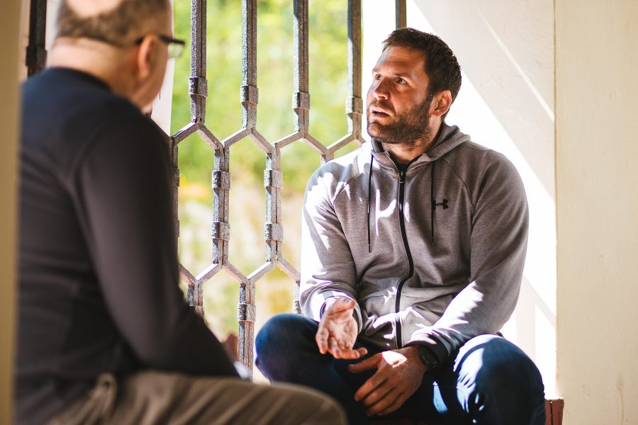 Zamyslený Martin pri rozprávaní, oproti nemu Ivan Ježík