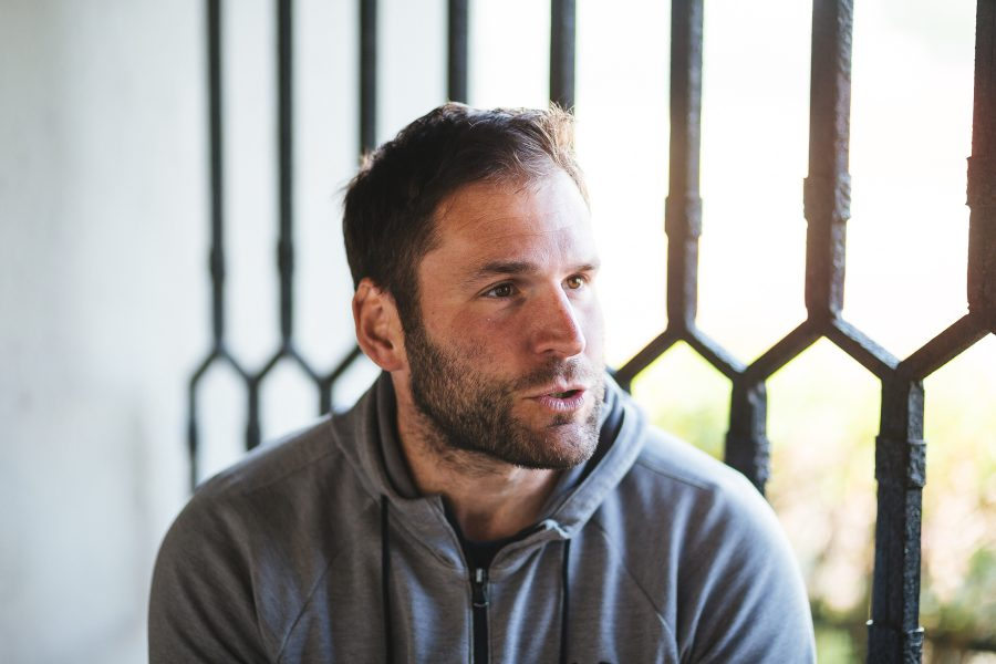 Martin rozpráva, v pozadí kovaná mreža na okne