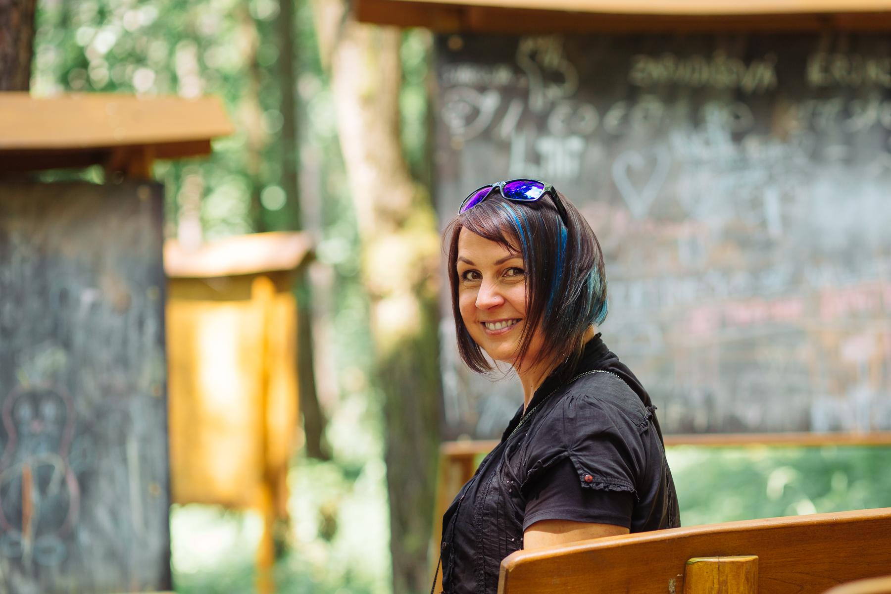 Janka Ovesná na lavičke, usmievajúca sa