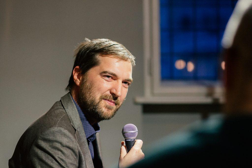 Martin Mojžiš s mikrofónom v ruke